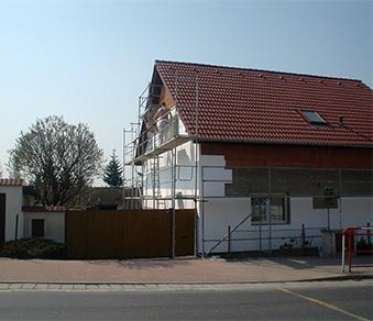 Foto lešení na rodinném domě.
